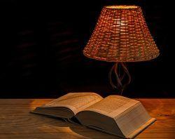 書斎をおしゃれな照明で色と明るさを変えて雰囲気を演出する方法