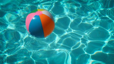 【庭のプール】日よけや目隠し、下に敷くアイテムで安全に遊ぶ方法