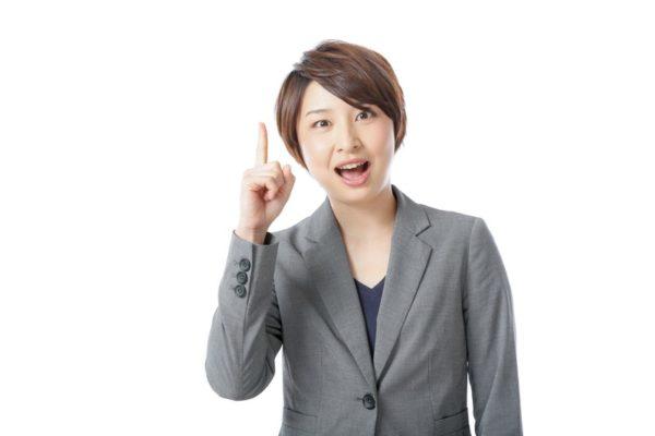 6畳用エアコンの選び方を説明する女性